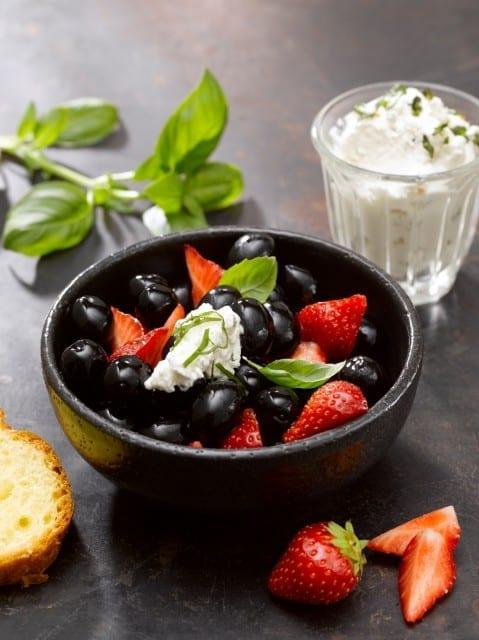 recette- Salade-de-fraises-olives-noires-confites-santecool