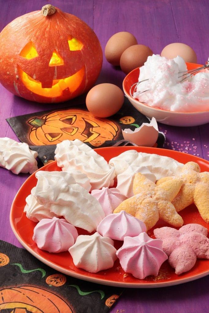 L'instant festif d'Halloween, désormais traditionnel en France qui se déroule le 31 octobre au solstice d'hiver, est l'occasion pour petits et grands d'enfiler leur costume de personnages préférés et d'aller « toquer » aux portes pour obtenir des gourmandises… ou jeter un sort ! Cette année, en plus des traditionnels bonbons, nous proposons une délicieuse recette de meringues à « customiser » !
