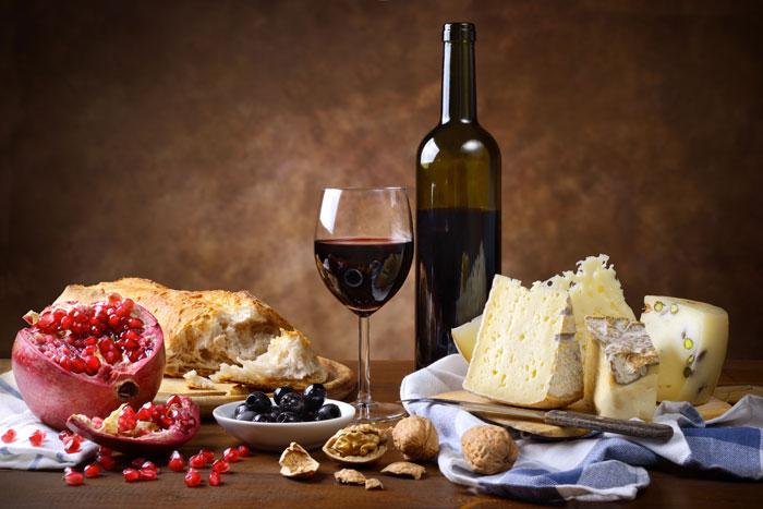 Accorder vins et fromages, tout un programme ! A la faveur de la méthode d'analyse sensorielle dite de la Dominance temporelle des sensations, adaptée à l'évaluation d'associations vin-fromage, des chercheurs de l'Inra ont mis en évidence que, si le fromage modifie et améliore le goût du vin, ce dernier modifie assez peu le gout du fromage et pas du tout son appréciation hédonique. Leurs travaux ont également montré que la durée de certaines sensations, comme le salé et l'arôme lactique du fromage, était augmentée par un vin différent pour chaque fromage étudié.