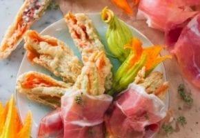 Voici une recette complètement de saison : les fleurs de citrouilles farcies au lait caillé, origan et jambon de Parme! Succulent!!!