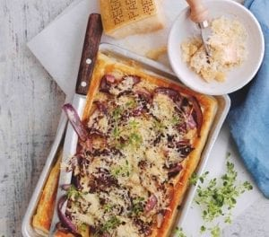 Tarte au parmesan, thym et oignons rouges