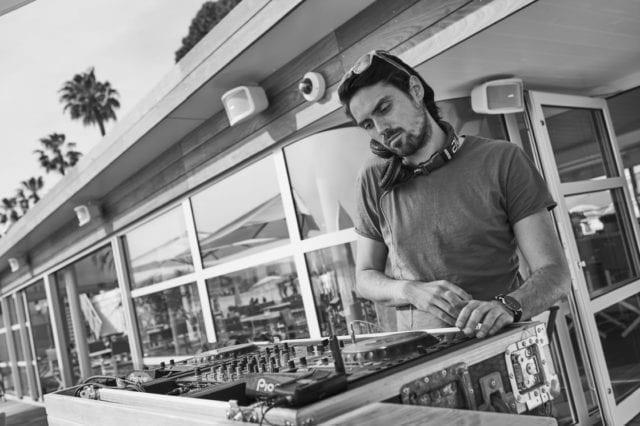 La belle saison peut commencer dans ce nouvel écrin qu'offre La nouvelle Plage du Martinez à Cannes. Entièrement transformée dans la continuité de la métamorphose de l'hôtel opérée l'an passé par l'architecte Pierre-Yves Rochon, la Plage du Martinez signe le début d'une nouvelle ère dans l'univers des 'beach clubs' cannois.