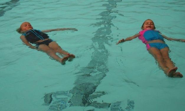 Apprendre à nager à partir de 2 ans
