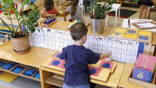 Vous souhaitez inscrire votre enfant dans une école alternative tels Montessori, Steiner, Freinet, Decroly mais ne savez pas celles qui suivent véritablement ces pédagogies? Voici l'annuaire des écoles alternatives en France et en Belgique.