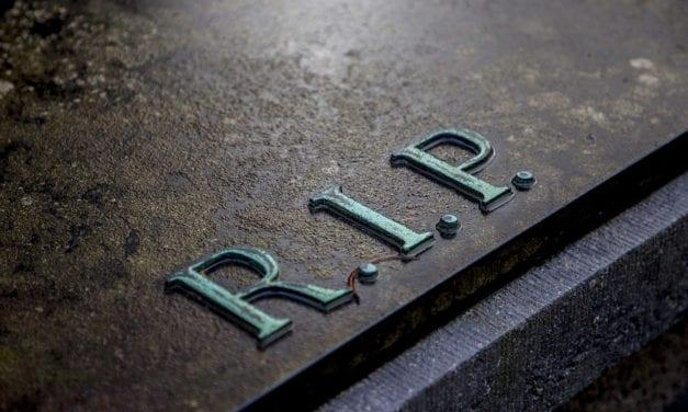 Les avantages de choisir une plaque funéraire en verre?