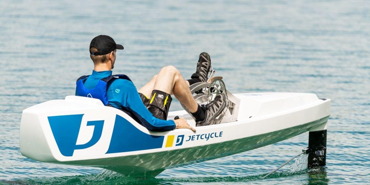 JetCycle : la nouvelle activité nautique révolutionnaire qui permet de voler sur l'eau, en pédalant