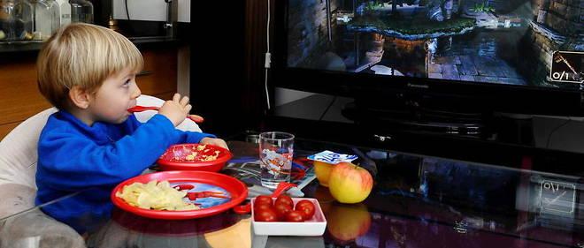 La télévision allumée pendant les repas retarde l'apprentissage du langage